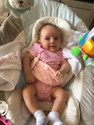 Isabella com 1 mês, e a bolsinha que não saía dela